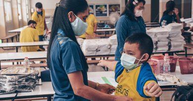 บรรยากาศการรับอุปกรณ์การเรียนและนมส่งเสริมเพื่อสุขภาพสำหรับนักเรียน