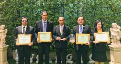 รับโล่รางวัลและเกียรติบัตรสถานศึกษาในสังกัดองค์กรปกครองส่วนท้องถิ่นที่มีผลสัมฤทธิ์ทางการศึกษาดีเด่น (O-NET)